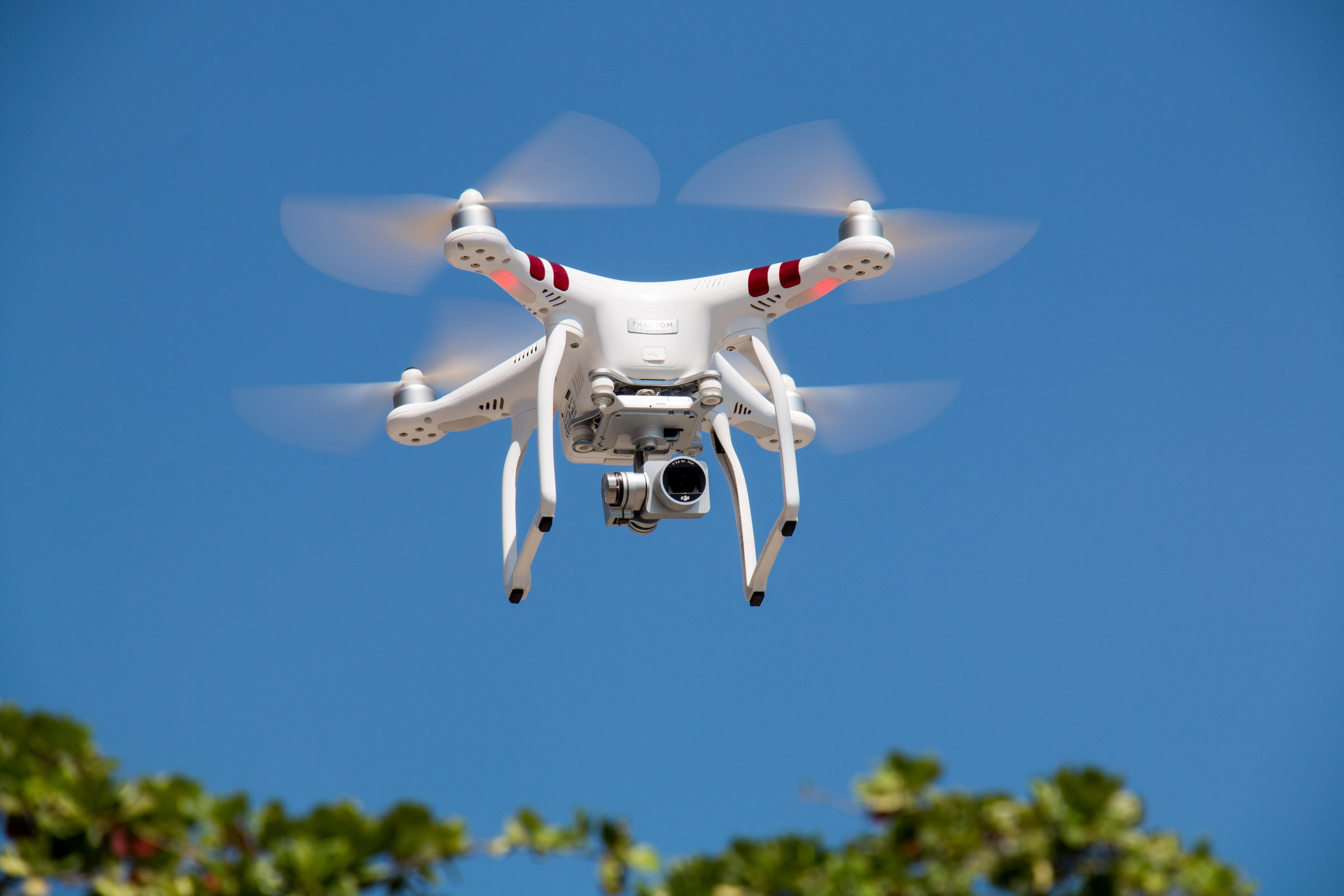 drone lennossa